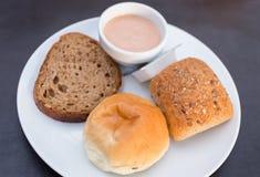 Свеже испеченный домодельной хлеб tradtional отрезанный рукой Стоковые Изображения RF