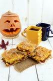 Свеже испеченный домодельный торт с вареньем абрикоса и 2 чашками чаю & x28; coffee& x29; Стоковые Фото