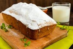 Свеже испеченный домодельный fruitcake, украшая верхнюю часть с напудренным сахаром стоковые фото
