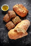 Свеже испеченный промах, хлеб ciabatta и плюшки сандвича служили с оливковым маслом настоянным тимианом дополнительным виргинским Стоковые Фотографии RF