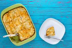 Свеже испеченный служат отрезок пирога в частях и, который Стоковые Изображения