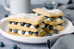 Свеже испеченный торт мильфея с печеньем, сливк и голубикой слойки стоковые изображения
