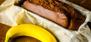 Свеже испеченный торт с гайками, хлеб банана банана в форме выпечки Стоковая Фотография RF