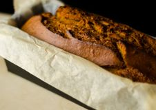 Свеже испеченный торт с гайками, хлеб банана банана в форме выпечки Стоковые Изображения
