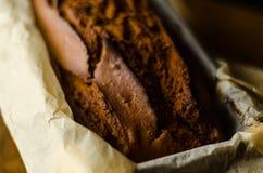 Свеже испеченный торт с гайками, хлеб банана банана в форме выпечки Стоковые Фотографии RF