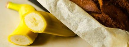 Свеже испеченный торт с гайками, хлеб банана банана в форме выпечки Стоковое Фото