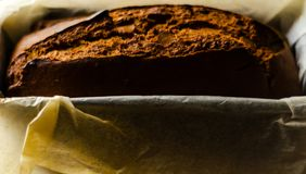 Свеже испеченный торт с гайками, хлеб банана банана в форме выпечки Стоковое Изображение RF