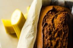 Свеже испеченный торт с гайками, хлеб банана банана в форме выпечки Стоковое Изображение