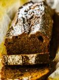 Свеже испеченный торт с гайками, хлеб банана банана в форме выпечки Стоковое фото RF
