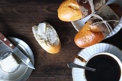 Свеже испеченный французский багет на деревянном столе Стоковые Фотографии RF