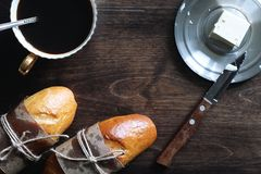 Свеже испеченный французский багет на деревянном столе Стоковая Фотография RF