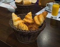 Свеже испеченный французский круассан в плетеной корзине Стоковая Фотография