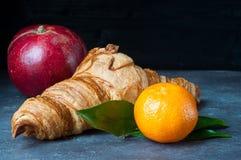 Свеже испеченный французский круассан с плодоовощ Стоковая Фотография