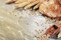 Свеже испеченный хлеб в деревенской установке Стоковые Изображения