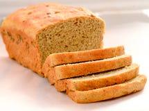 Свеже испеченный хлеб отрезал в хлебец стоковые фото