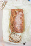 Свеже испеченный хлеб с семенами сезама, отрубей и льна на деревянном Стоковое Изображение RF