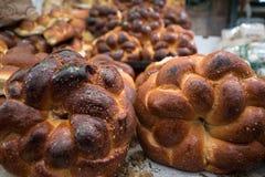 Свеже испеченный Challah хлеба в рынке Mahane Yehuda стоковые изображения rf
