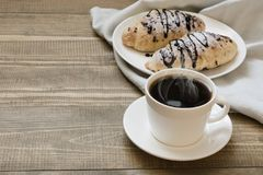 2 свеже испеченных круассаны и чашки кофе шоколада на деревянной доске зажаренное яичко чашки принципиальной схемы кофе завтрака Стоковые Изображения RF