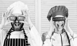 Свеже и вкусно Соедините поваров имея потеху со здоровой едой veg в ресторане Мастерский повар и хелпер играя с стоковое фото