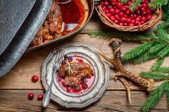 Свеже, который служат оленина с клюквами и розмариновым маслом Стоковые Изображения