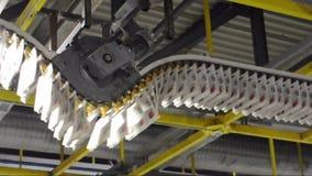 Свеже напечатанные ежедневные газеты транспортированы на конвейерную ленту в заводе печатания сток-видео