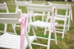 Свеже отрежьте красивую красную и фиолетовую гирлянду цветков свадьбы на стуле Стоковое фото RF