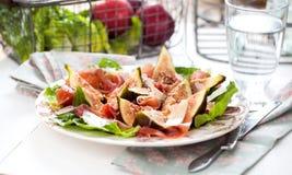 Свеже отрежьте salat плодоовощ смоквы с ветчиной на деревянной предпосылке стоковые фотографии rf