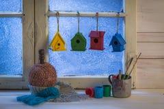 Свеже покрашенные дома для птиц в зимнем дне Стоковое Изображение