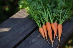 Свеже помытые все моркови на старом деревянном столе стоковые изображения