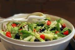 Свеже подготовленный взметнутый зеленый салат стоковое фото rf