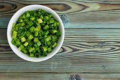 Свеже прерванные зеленые луки в ramekin стоковое фото rf