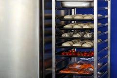 Свеже плюшки перед печь Стоковые Фото