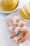 Свеже сваренные креветки с лимонами Стоковое Изображение RF