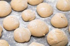 Свеже сделанные белые хлебцы доказывая Стоковые Фото
