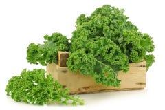 Свеже сжатая капуста kale в деревянной клети Стоковые Фотографии RF