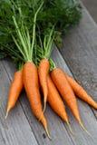 Свеже сжатые моркови с зелеными листьями Стоковые Изображения