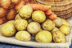 Свеже сжатые органические картошки и моркови стоковое фото rf