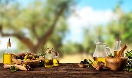 Свеже сжатые ягоды оливок в деревянных шарах и отжатом масле i Стоковые Фото