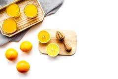 свеже сжатый помеец сока Juicer и куски апельсинов на белом взгляд сверху предпосылки Стоковая Фотография RF