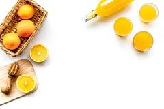 свеже сжатый помеец сока Juicer и куски апельсинов на белом copyspace взгляд сверху предпосылки Стоковые Изображения RF