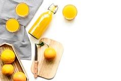 свеже сжатый помеец сока Juicer и куски апельсинов на белом copyspace взгляд сверху предпосылки Стоковое Изображение RF