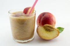 Свеже сжиманный сок персика и свежие персики на белизне Стоковые Изображения RF