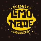 Свеже сжиманный ярлыка логотипа лимонада тип дизайн литерности типографского художнический с иллюстрацией силуэта лимона иллюстрация штока