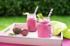 Свеже сжиманный smoothie свеклы в опарнике Стоковая Фотография