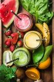 Свеже смешанные smoothies плодоовощ различных цветов и вкусов стоковые фото