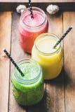 Свеже смешанные smoothies плодоовощ различных цветов и вкусов стоковые изображения