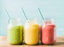 Свеже смешанные smoothies плодоовощ различных цветов и вкусов стоковые фотографии rf
