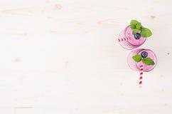 Свеже смешанный фиолетовый smoothie плодоовощ голубики в стекле раздражает с соломой, листьями мяты, взгляд сверху Стоковые Фотографии RF