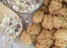 Свеже сделанные печенья с хлопьями на деревенском деревянном столе Стоковое Фото