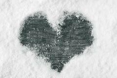 Свеже упаденный снег на деревянной поверхности в форме сердца стоковая фотография rf